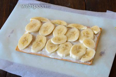 Выкладываем ломтики бананов.