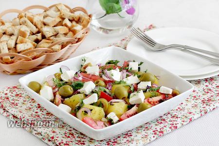 Тёплый картофельный салат с брынзой
