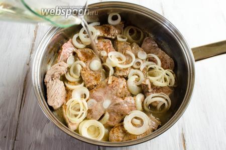 В сковороду с мясом влить мартини. Жарить на сильном огне 3-5 минут. Дать выпариться спирту.
