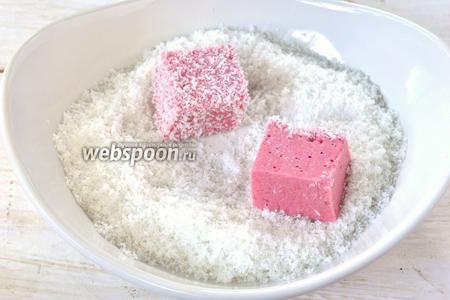 Обвалять каждый кубик в кокосовой стружке.