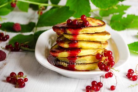 Манные оладьи с ягодами смородины