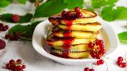 Фото рецепта Манные оладьи с ягодами смородины