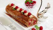 Фото рецепта Шифоновый кофейный рулет с малиной