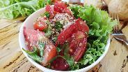 Фото рецепта Помидорный салат с семенами льна и грецкими орехами