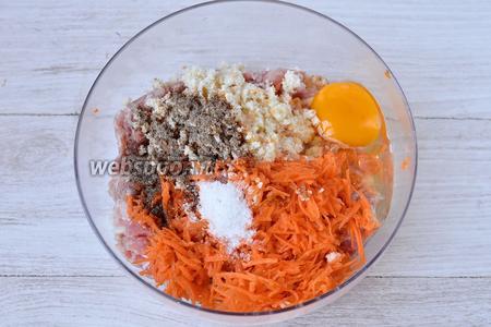 Забиваем одно куриное яйцо, солим и перчим по вкусу. Высыпаем морковь и ломтик размятого хлеба.