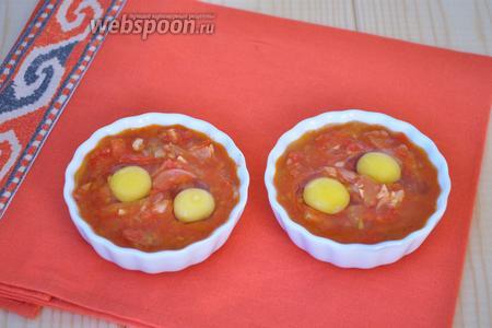 Аккуратно разбить перепелиные яйца. Поставить в духовку при 200ºC минут на 7, пока белки не побелеют.