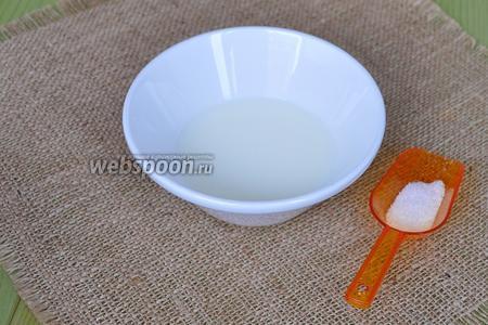 Сливки смешать с небольшим количеством сахара на ваш вкус, обычно это 2-3 чайные ложки.