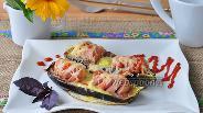 Фото рецепта Запечённые баклажаны с сосисками и перепелиными яйцами