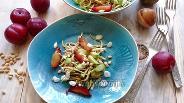 Фото рецепта Салат из кабачка с авокадо и сливами