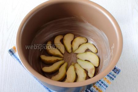 Чашу мультварки смажьте сливочным маслом. Выложите порезанные кусочками груши.