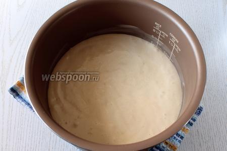 Вылейте тесто на груши.