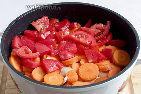 Следующий слой — морковь. Не забываем и её чуток подсолить и посыпать специями, можно и чесноком. На морковь выкладываем помидоры. Всё слегка приминаем, чтобы поместилось. В процессе готовки овощей станет меньше.