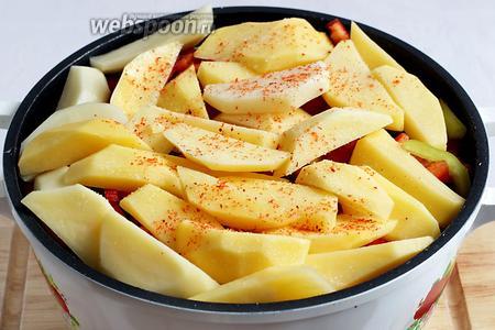 Картошку выкладываем последним слоем, прижимая её к овощам. И в последний раз посыпаем солью и паприкой. Накрываем плотно крышкой. Если крышка прилегает неплотно, то обмотайте её полотенцем или фольгой. Казан ставим на огонь и добавляем половину стакана воды. Если используется баранина с жирком, то воду добавлять не нужно. Все доводим до кипения, затем уменьшаем огонь до минимума  и тушим под крышкой около 2 часов.