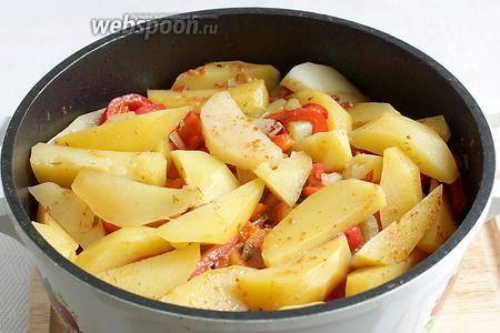 Готовое блюдо уменьшается в размере, картофель становится мягким. Всё перемешать и разложить по тарелкам.