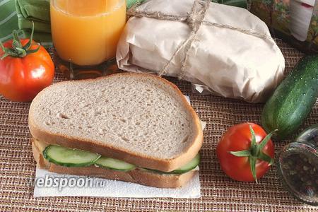 Сэндвичи с копчёным кальмаром и огурцом