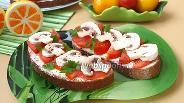 Фото рецепта Бутерброды с помидорами и сырыми шампиньонами