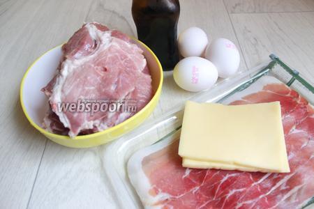 Итак подготовим такие продукты. Свиной ошеек, сыр, яйца, бекон, соевый соус.