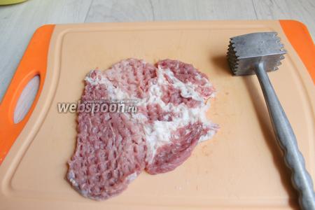 Нарезаем мясо попeрёк волокон на шайбы шириной 3-5 см. И отбиваем их.