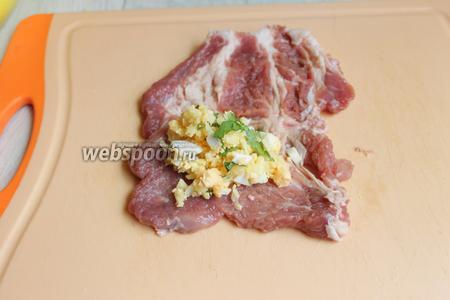 Берём отбитый кусок мяса. Кладём начинку, примерно столовую ложку.
