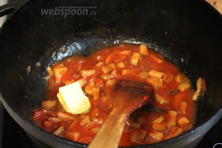 Заправить соус сливочным маслом.