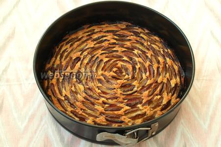 Разогреть духовку до 180°С и выпекать пирог от 45 мин. до 1 часа, в зависимости от особенностей вашей духовки. Готовность проверить сухой лучиной. Остудить пирог в форме, затем снять кольцо и посыпать пирог сахарной пудрой. Приятного аппетита!!!