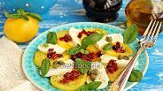 Фото рецепта Капрезе с жёлтыми помидорами, каперсами и вялеными томатами