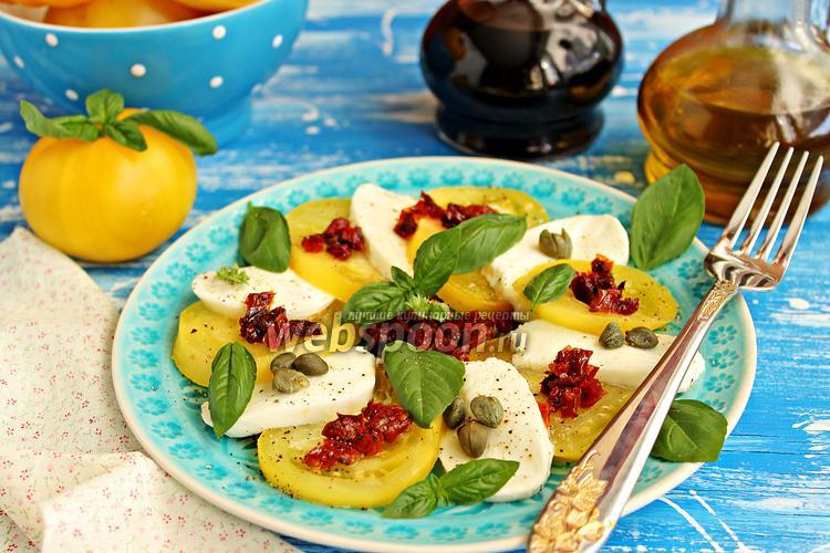 Фото Капрезе с жёлтыми помидорами, каперсами и вялеными томатами