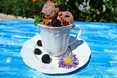 Банановое мороженое с ежевикой и ревеневым компотом