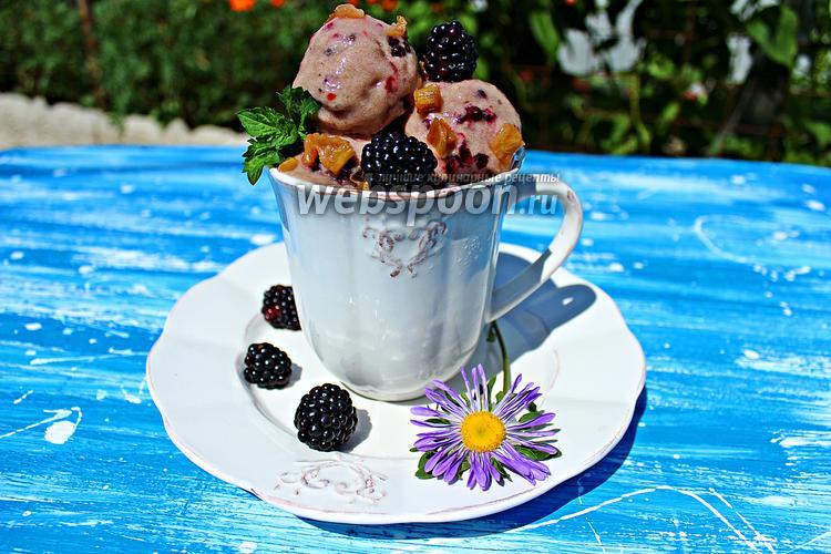 Фото Банановое мороженое с ежевикой и ревеневым компотом