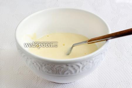 Яйцо слегка взбить и смешать его с нежирной сметаной (10-15%) или йогуртом (кефиром), подсолить.
