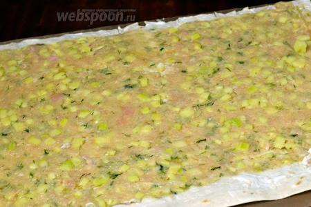 Расстилаем лист лаваша, края смазываем сметаной, с помощью кулинарного шпателя, наносим тонким слоем начинку, оставляя с одного края свободной полосу, около 3 см.