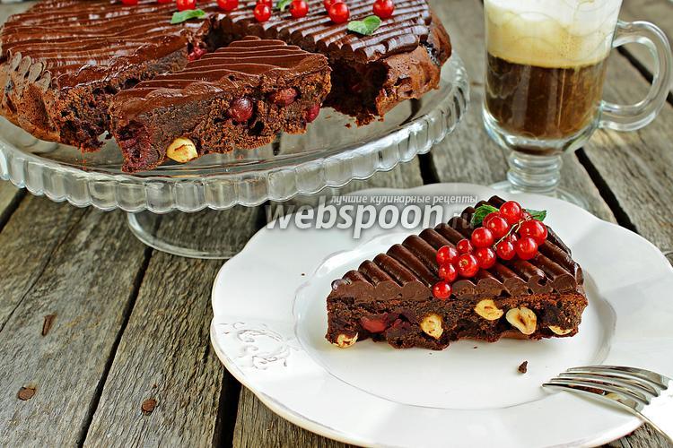 Фото Брауни с вишней, фундуком и шоколадным кремю