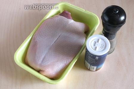 Для приготовления нам понадобится самый минимальный набор ингредиентов: охлаждённая утиная грудка, морская соль и перец.