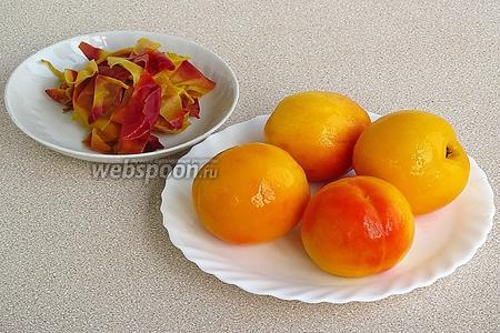 Опускать персики партиями в кипяток на 40 секунд, а затем сразу же в холодную воду. После такой процедуры кожица легко снимется.