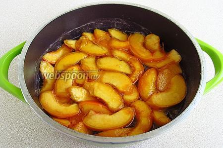 Дольки персиков выложить в кипящий сироп и выдержать в прохладном месте в течение 4–5 часов.
