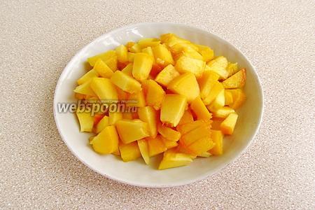 Плоды разрезать по бороздке и вынуть косточки, а мякоть порезать мелкими кубиками.