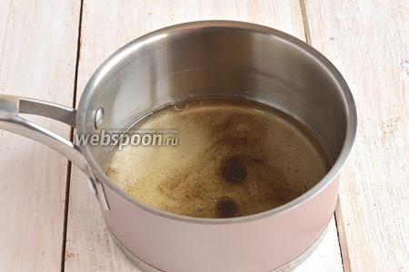 Для маринада соединить уксус, сахар, соль, подсолнечное масло и перец. Слегка нагреть, помешивая, только до растворения сахара и соли.