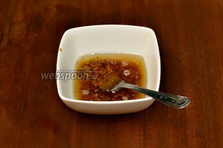 Делаем соус: смешиваем подсолнечное масло с бальзамическим уксусом и дижонской горчицей.