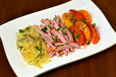 В порционные тарелки выкладываем, не смешивая, сыр, колбасу и помидоры, подаём сразу же. Если салат предназначен на обед, то обязательно должна быть жареная картошка.