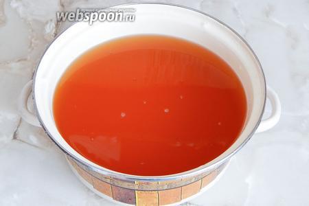 Вот он — чистый свежевыжатый яблочный сок. Если он кислый, добавляем сахар. Моему хватило 500 г на 3 л сока. А теперь, непосредственно, термообработка. Варить мы его не будем, даже кипятить не нужно. Ставим на огонь, помешиваем до растворения сахара и доводим до температуры не более 95°С. Этот момент выглядит так: от сока исходит пар, он вот-вот закипит, но ещё не кипит. Всё. Так мы максимально сохраним витамины в готовом продукте.