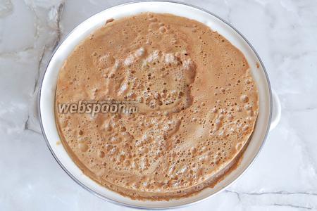 Пока мы занимались мокровкой, яблочный сок постоял, пена уплотнилась. Снимаем её ложкой (затем выжмем через ткань), а сок процеживаем через сито с тканью (или 4-5 слоёв маркли).