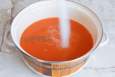 Добавляем сахар. Мне такое количество показалось идеальным. А вы можете и вовсе сделать натуральный сок без сахара — всё по вкусу. Теперь ставим кастрюлю на огонь и нагреваем сок (мешаем до растворения сахара) до 90-95°С. Не кипятим, чтобы осталось максимально витаминов.
