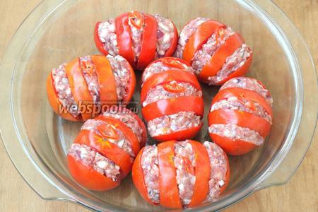 Форму для запекания смазать подсолнечным маслом и выложить в неё помидоры. Нарезать тонкими колечками острый перец и разложить поверх помидоров.