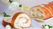 Фото рецепта Бисквитный рулет с творогом и персиками