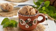 Фото рецепта Мороженое с варёной сгущёнкой и кусочками шоколада