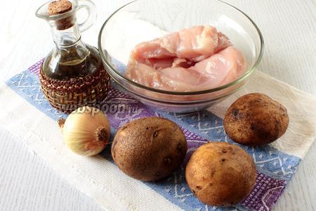 Для приготовления нам понадобятся картофель, филе куриное, лук репчатый, соевый соус, соль, масло растительное, прованские травы и свежий укроп.
