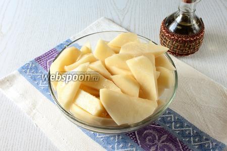 Порежьте на дольки или кружочки картофель. Посолите и добавьте масло, перемешайте.