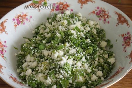 Зелень измельчить, сыр раскрошить. Соединить в миске. Если ваш сыр недостаточно солёный, то нужно немножко посолить заливку.