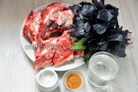 Для приготовления свиных рёбрышек вам понадобится минералка, соль, перец красный и чёрный молотый, соль и свиные рёбрышки.