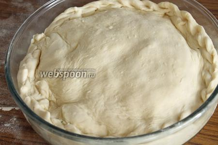 Раскатать и второй шар и уложить поверх начинки на пирог. Края аккуратно защипнуть.